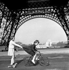 Le remorqueur du Champs de Mars, Paris. 1943. Photographer: Robert Doisneau