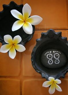 the photo is from Rang-Decor.  I am pinning because I love the flowers and could see making them from white clay and painting the yellow centers to use with the wire candlesticks.  instr. not on blog