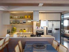 A cozinha ficou show, a marcenaria é em laca bege + Madeira + espelhos -- a bancada em Corian .