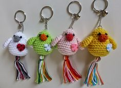 Free crochet pattern for bird keychain (in Dutch) Crochet Birds, Love Crochet, Crochet Animals, Diy Crochet, Crochet Crafts, Crochet Projects, Crochet Amigurumi, Amigurumi Patterns, Crochet Dolls