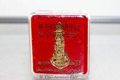 Takrut Loor Boran Ruun Srang Baramee 2559 Nuea Thong Thip Thai Amulett des ehrwürdigen Luang Pho Pakorn Kantaweero, Abt des Wat Tham Phaa Den, Amphoer Mueang, Changwat Sakon Nakhon, Thailand, aus dem Jahr BE 2559 (2016).