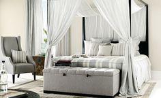 letto imbottito con panchetta a fondo letto in capitonnè, poltroncina e tendaggi coordinati, tessuti Mark Alexander