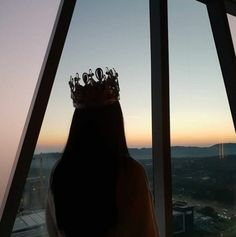 Crown Aesthetic, Queen Aesthetic, Classy Aesthetic, Princess Aesthetic, Bad Girl Aesthetic, Aesthetic Pictures, Dark Photography, Girl Photography Poses, Iphone Wallpaper Lights