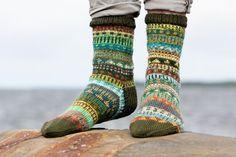 Pujoliivi: Jäniksen selässä Knitting Charts, Knitting Socks, Hand Knitting, Wool Socks, My Socks, Ravelry, Marimekko Fabric, Yarn Ball, How To Purl Knit