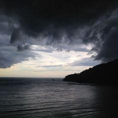 Tempestade em cinco fases:  A escuridão, o caos, a explosão, a luz e a magia depois que ela passou.  Porque sim, ela passa!  E existe algo divino por trás de tudo.  Que nos ensina que há luz no final do túnel.  Uma luz de recomeço, esperança e...