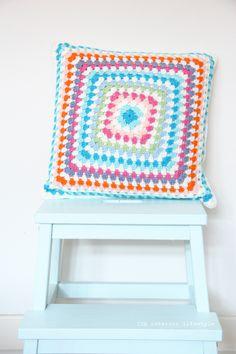 IDA Interior LifeStyle: crochet Crochet Home, Diy Crochet, Crochet Ideas, Crochet Cushions, Crochet Pillow, Cushion Inspiration, Design Inspiration, Colorful Pillows, Decorative Cushions