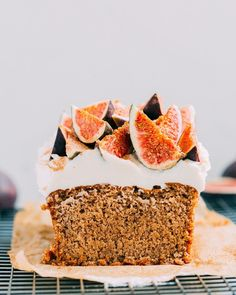 VEGAN CHAI ALMOND CAKE WITH CREAM CHEESE FROSTING AND FIGS – thehungrywarrior.de Vegan Dessert Recipes, Healthy Cake Recipes, Vegan Cake Icing Recipe, Almond Recipes, Chai Cake Recipe, Tolle Desserts, Vegan Cream Cheese Frosting, Recipes With Vegan Cream Cheese, Cake With Cream Cheese