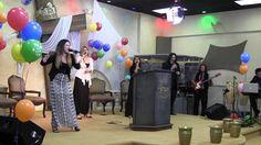 Catherine Jiménez, Suky Sánchez, Erik González, y Borys Sánchez con el Ministerio Musical en un Homenaje a Dr. Diaz-Pabon y la Biblia Del Pescador.
