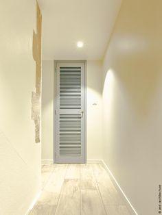 Au cœur de La Rochelle, cette maison du début du XXe siècle est repérée en tant que construction d'intérêt architectural et le jardin est dit remarquable. C'est la combinaison des contraintes existantes du site et des éléments du programme qui conduit Zest à la conception d'une extension en zinc, très largement ouverte sur l'extérieur, l'escalier et l'ascenseur traités tout en transparence. L'escalier dissimule le vestiaire des invités. Conduit, Dit, Architecture, Tile Floor, Construction, Flooring, Home Decor, Glass Extension, Elevator