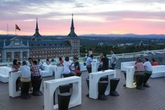 Los 26 imprescindibles del terraceo madrileño Rooftop Terrace, Spain And Portugal, Top Hotels, Eurotrip, Andalucia, Places To Go, Dolores Park, Street View, Tours