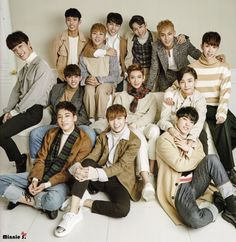 Why does this look like an uncomfortable family photo taken by a very organised mom who hand makes Christmas cards Wonwoo, Jeonghan, Seungkwan, Carat Seventeen, Seventeen Woozi, Seventeen Debut, Vernon Seventeen, Cuerpo Sexy, Vernon Chwe