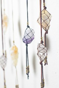 Macrame-style necklace from a rough stone or crystal and some cord. - Macrame-style necklace from a rough stone or crystal and some cord. Diy Jewelry, Handmade Jewelry, Jewelry Making, Macrame Jewelry, Jewelry Ideas, Jewellery Sale, Macrame Cord, Macrame Knots, Yoga Jewelry