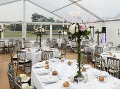 Découvrez un décor délicat d'hortensias et de pivoines pour un mariage simple et raffiné. Table Settings, Hydrangeas, Simple Weddings, Peonies, Place Settings, Tablescapes