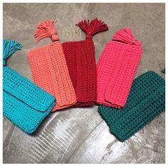 Clutch Off-White em fio de malha com alça removível. Fazemos em diversas cores . Deslize para esquerda ... #bolsadecroche #fiodemalha #trapilho #trapillo #feitoamao #croche #crochet