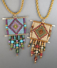 This macrame related technique allows you to create beautiful mini tapestries with geometrical patterns that are similar to weaving. Macrame Colar, Macrame Earrings, Macrame Jewelry, Textile Jewelry, Fabric Jewelry, Jewellery, Loom Beading, Beading Patterns, Bijou Charms