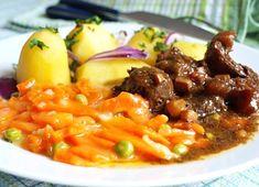 Podušené kostky hovězí plece nebo jiného hovězího masa vhodného na dušení, servírované s podušenou mrkví nastavenou hráškem a vařeným bramborem.