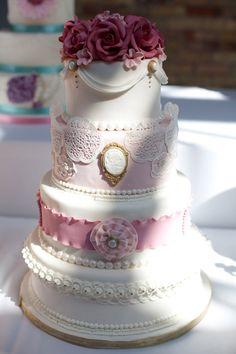 Chọn bánh cưới màu trắng và điểm những chi tiết màu sắc là lựa chọn của nhiều đôi uyên ương.