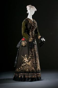 "fripperiesandfobs: ""Dress ca. 1878 From the Helen Larson Historic Fashion Collection via the FIDM Museum "" This is SO Countess Nadasdy. Vintage Outfits, Vintage Gowns, Vintage Mode, Vintage Hats, 1870s Fashion, Edwardian Fashion, Vintage Fashion, Steampunk Fashion, Fashion Fashion"
