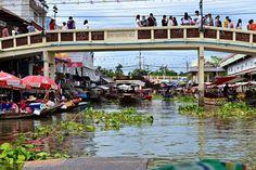 Auf dem Amphawa Floating Market in Thailand könnt ihr die Waren vom Boot kaufen, statt von Ständen an Land. Definitiv ein Erlebnis! #Thailand #Amphawa #erlebeFernreisen