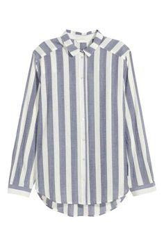 Chemise en coton: Chemise droite en coton tissé aérien. Modèle à manches longues avec col rabattu et boutons nacrés devant. Base arrondie avec un peu plus de longueur dans le dos.