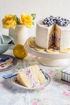 Tarta de bizcocho con cheesecake de limón y arándanos.