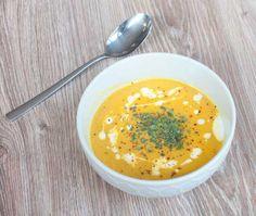Pittige pompoensoep; een herfstig soepje met Thaise invloeden. Een soepje waar je het weer warm van krijgt. Lekker in combinatie met vers knapperig brood.
