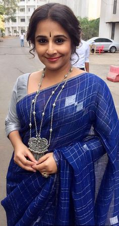Found on MSW. the saree diva herself, Vidya Balan. Some say her wardrobe is getting predictable, i say no, ALWAYS interesting. Priyanka Chopra, Kareena Kapoor, Deepika Padukone, Ethnic Sarees, Indian Sarees, Indian Blouse, Indian Attire, Indian Wear, Indian Dresses