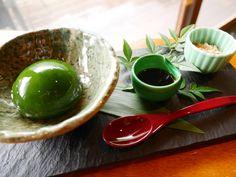 ※こちらの記事は2015年9月14日に公開されたものです。 平安時代から愛されてきた景勝地、嵐山。2015年3月にオープンした「翠嵐 ラグジュアリーコレクションホテル 京都」の敷地内に、宿泊客以外の人も利用でき、保津川と嵐山の美しい景色が楽しめるすてきなカフェ「茶寮 八翠」があります。