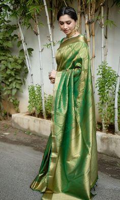 Aarthi Ravi giving us major saree goals! - Source by shreyanshin - Designer Sarees Wedding, Designer Silk Sarees, Saree Wedding, Kanjivaram Sarees Silk, Sabyasachi Sarees, Ethnic Sarees, Bollywood Saree, Lehenga, Saris
