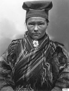 Katarina Paavasdotter Negga med traditionell kvinnomössa, mátjuk, från Gällivare. Foto från 1917 i Lappland, Lule lappmark, Sverige, av Borg Mesch. Katarina Paavasdotter Negga with traditional saami hat mátjuk from the Gellivare area. Picture taken by Borg Mesch in 1917.