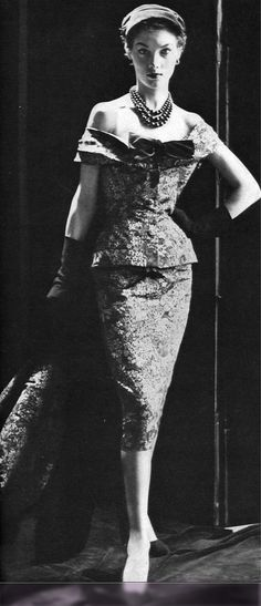 1952 Model in printed faille 'theater suit' by Christian Dior, Vogue, November 1952 Vintage Dior, Christian Dior Vintage, Moda Vintage, Vintage Couture, Vintage Vogue, Vintage Glamour, Vintage Beauty, Vintage Dresses, Vintage Outfits