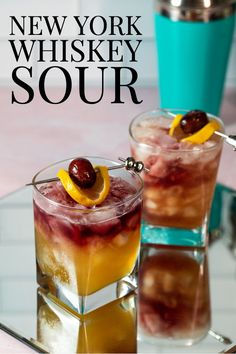 New York Whiskey Sour - this cocktail looks fancy, but it's so easy to prepare! Just take a classic whiskey sour and slowly pour red wine over the back of spoon and you have a New York Sour! Bourbon Cocktails, Whiskey Drinks, Summer Cocktails, Cocktail Recipes, Classic Cocktails, Dinner Recipes, White Russian, New York Sour, Sour Cocktail