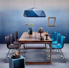 Modernes Esszimmer mit blauen Farbelementen