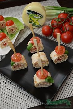 Rulouri din tortilla si cascaval Aveti nevoie de cateva aperitive gustoase dar care sa se faca in 5 min Party Snacks, Appetizers For Party, Appetizer Recipes, Good Food, Yummy Food, Salty Foods, Food Humor, Pinterest Recipes, Food Hacks