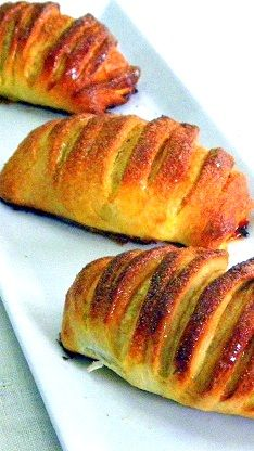 Mini Peach-Mango Strudel ala Jo Cooks Amazing Recipes... Aren't these cute... Loaded up with fruit and deliciousness (I used Mango and Peaches... you can add what you like)... Really easy and really delicious