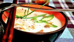 Thaise kippensoep.  2 cm gember  2 knoflook 2 rode pepers zonder zaadjes 2 uien Allemaal fruiten in de soeppan met olie. 1 pot kip bouillon + 3x die pot met water . Eventueel een kippen bouillon blokje. Halve liter blik kokosmelk  Aan de kook brengen 100 Gr. Kip p.per persoon klein gesneden. 10 min koken in de soep. 3 el Thaise vissaus 3 el oestersaus  Flesje limoensap 3 el Noodles dunne/mie. ( 1 nestje mie p.p). Paprika toevoegen Bosui toevoegen Bij het serveren pas de taugé op het bord.