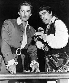 """Errol Flynn y Anthony Quinn en """"La isla de los corsarios"""", 1952"""