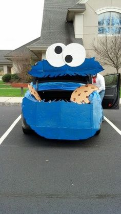 Cookie Monster trunk or treat idea