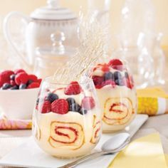 Desserts with fruits pictures Cake In A Jar, Dessert In A Jar, Dessert Cups, Dessert Recipes, Mini Desserts, Plated Desserts, Healthy And Unhealthy Food, Cakes And More, Finger Foods