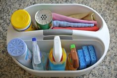 Coloque todos os seus produtos de limpeza de banheiro preferidos em um recipiente antes de começar.