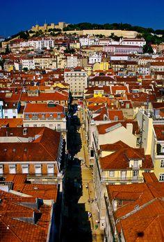 Rua de Santa Justa em durecção ao Castelo de São Jorge, #Lisbon.