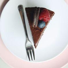 Шоколадный торт с тающими бисквитами, между которых спрятался запечённый шоколадный чизкейк! Вкус шоколадного мороженого и шоколадной пасты брррр, и он ждёт вас на Красноармейской, 68 PS: на второй фотографии его идеальный разрез 💔