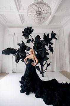 Роскошное черное свадебное платье с длинным шлейфом