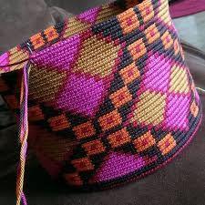 Resultado de imagen para tejido wayuu tutorial Form Crochet, Crochet Home, Crochet Crafts, Knit Crochet, Tapestry Bag, Tapestry Crochet, Yarn Projects, Crochet Projects, Crochet Designs