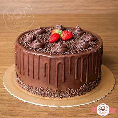 Chocolate, recheio de leite ninho, mais chocolate e uns moranguinhos para decorar! E se quiser mais chocolate, colocamos também!! Gostou do bolo? Faça sua encomenda pelo WhatsApp (31)99296-8448. #soldoces #chocolate #ganache #bolodechocolate #chocolatecake #irresistível #delicioso #bonitoegostoso #querocomer #bolodeaniversario #cake #dripcake #lovecake #cakes #birthday #yummy #foodporn #love #instafood #food #sweet #instasweet #dessert #aniversario #festa #bolo #festasbh #bolosbheregiao