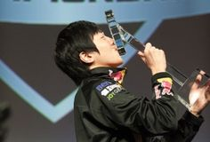 Startale Life kissing his latest trophy after winning MLG for the first time!