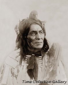 Long Otter, Crow tribe, half-length portrait, facing right, wearing a bird head headdress. Native American Wisdom, Native American Pictures, Native American Tribes, Native American History, Native Indian, Native Art, First Nations, Pretty Pictures, Nativity