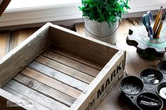 Love old crates? This tutorial is for you! If you have some pallet wood handy, here& how to build a reclaimed wood crate yourself in just a few minutes! Old Crates, Wooden Crates, Wood Pallets, Pallet Wood, Pallet Walls, Wine Crates, Diy Pallet Projects, Wood Projects, Woodworking Projects