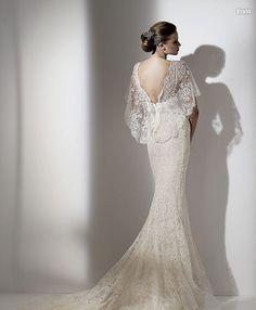 Vestido de novia y echarpe vistos por la espalda.