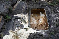 """Adam Kayalar- Adam Kayalar Mersin'in Erdemli ilçesinde zorlu yollarla ulaşılan Şeytan Deresi Vadisi'nin sarp yamaçlarına M.Ö 1. ile M.S. 2. yüzyıl arasındaki dönemde yapıldığı tahmin edilen ve oldukça büyük insan kabartmalarına sahip """"Adam Kayalar"""", görenleri kendine hayran bırakıyor.Mersin"""